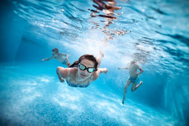 Kinder schwimmen unter Wasser im Pool – Foto