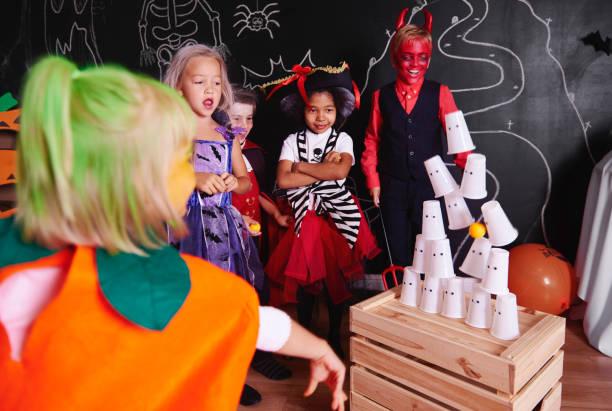 niños que participan en la fiesta de halloween - halloween game fotografías e imágenes de stock