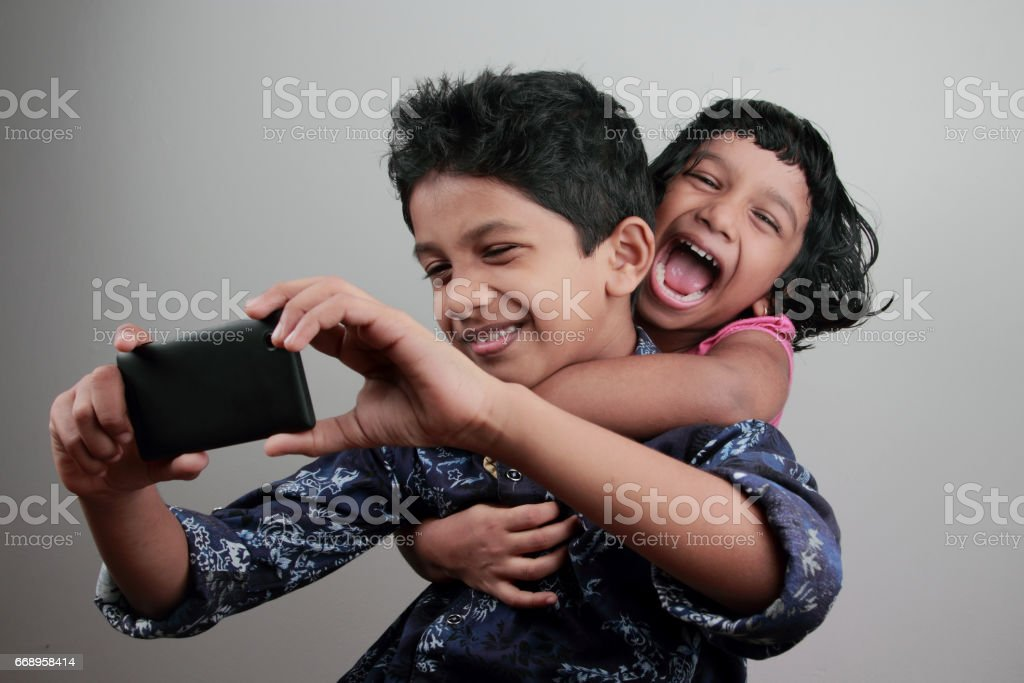 Kids taking selfie with a mobile foto stock royalty-free