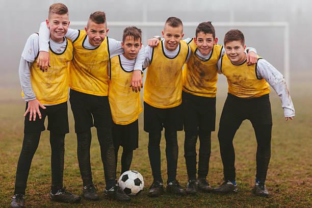 crianças foto de time após jogar futebol. - equipa de futebol - fotografias e filmes do acervo