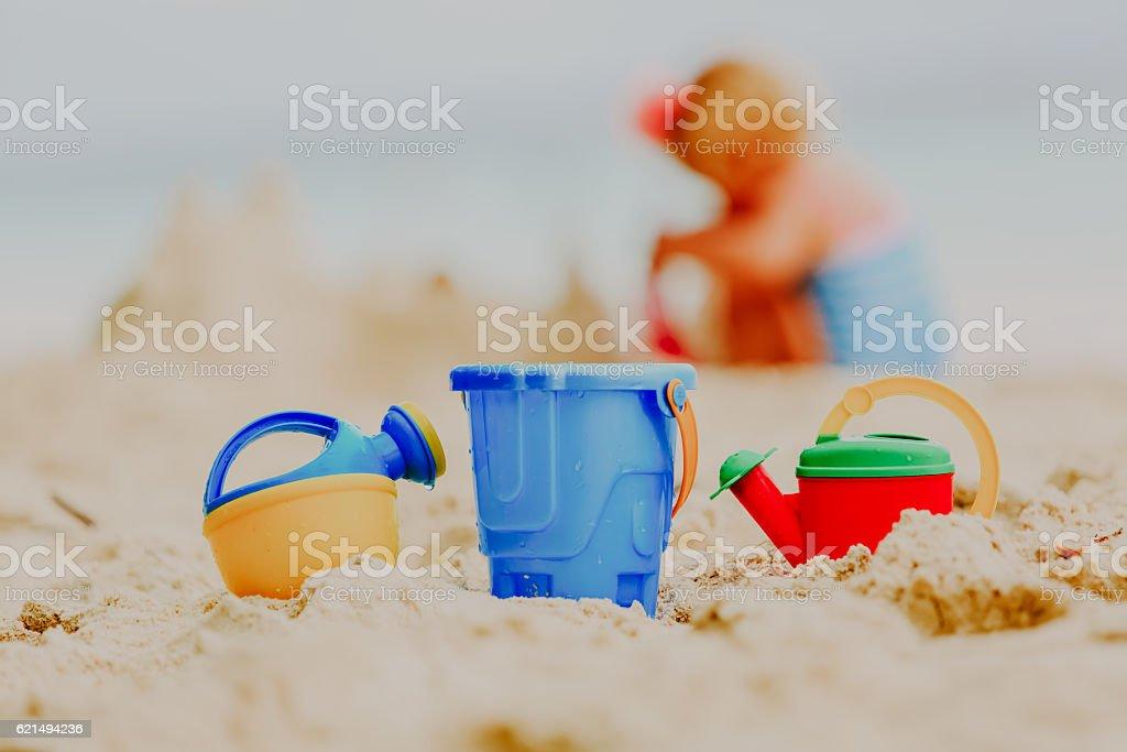 Kinder Spielzeug und kleine Mädchen Gebäude Sandburg Lizenzfreies stock-foto