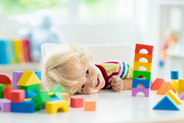 Kinderspielzeug. Kinderbauturm aus Spielzeugblöcken. – Foto