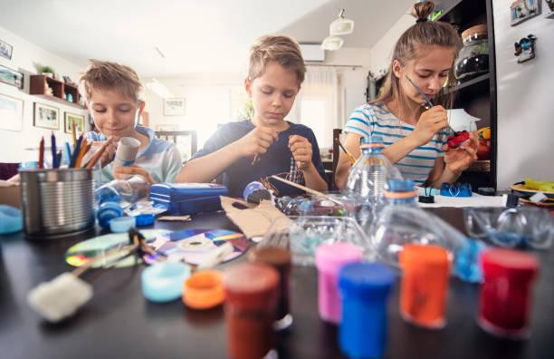 çocuklar upcycling-kullanılmış şeyler yeni eğlenceli şeyler oluşturma - el sanatı stok fotoğraflar ve resimler