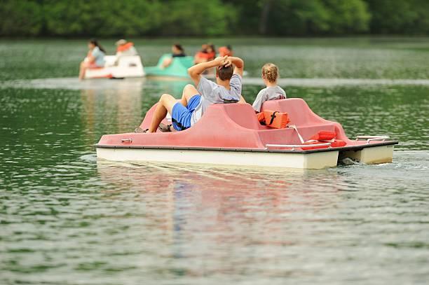 Niños con pedal en bote en el lago - foto de stock