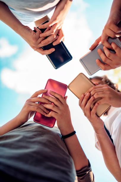 Kinder mit Smartphones – Foto