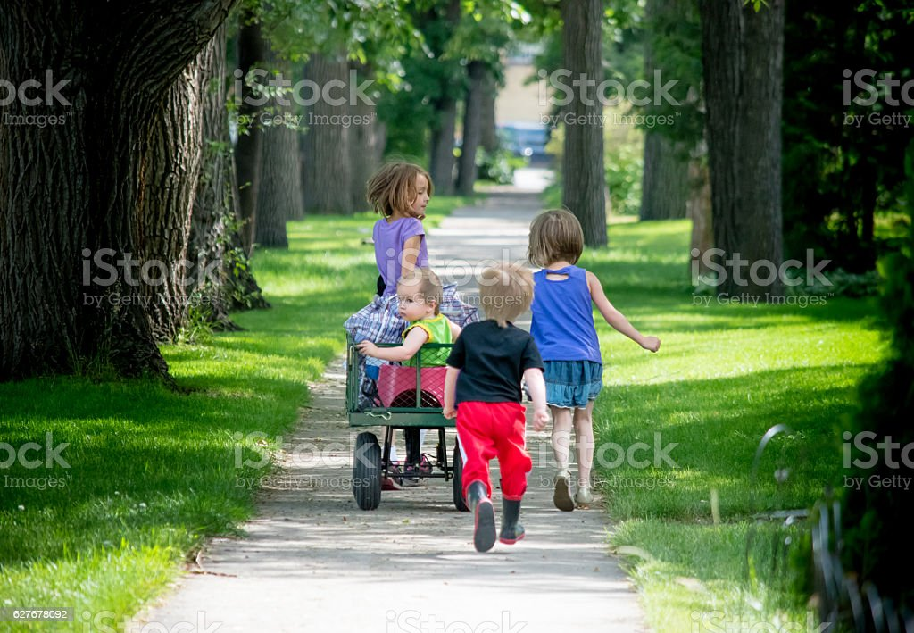 4 kids walking together – Foto