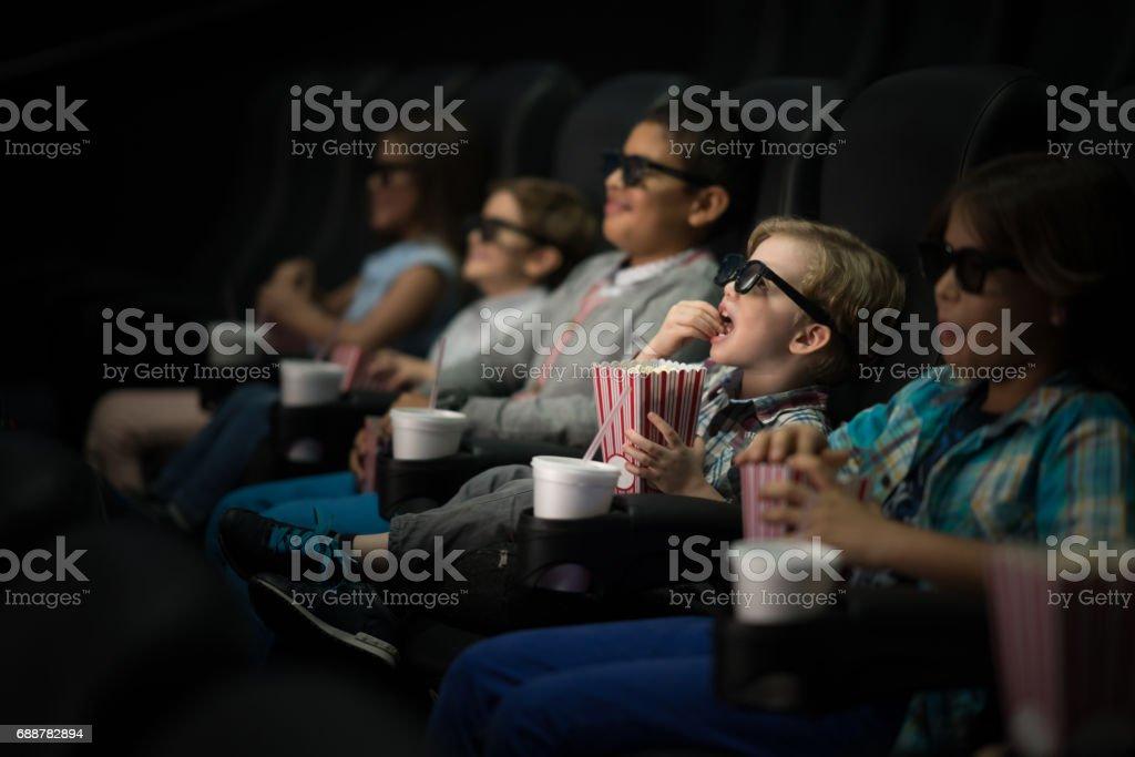Kinder, die einen Film im Kino mit 3D Brille – Foto