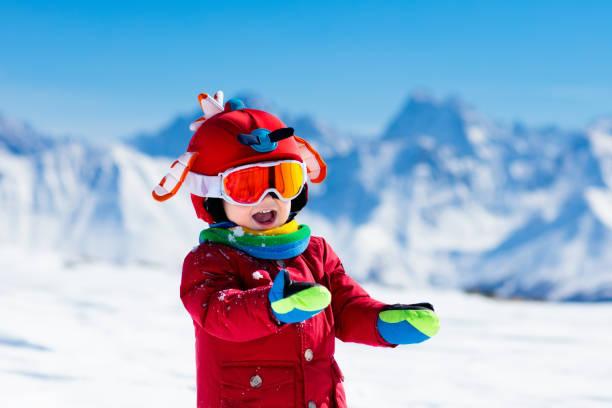 barn vinter snö sport. barn ski. familjen skidåkning. - winter austria train bildbanksfoton och bilder