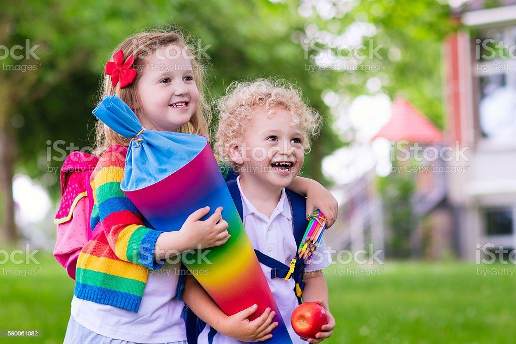Süße Kinder Mit Kegel Auf Der Ersten Schule Tag Im