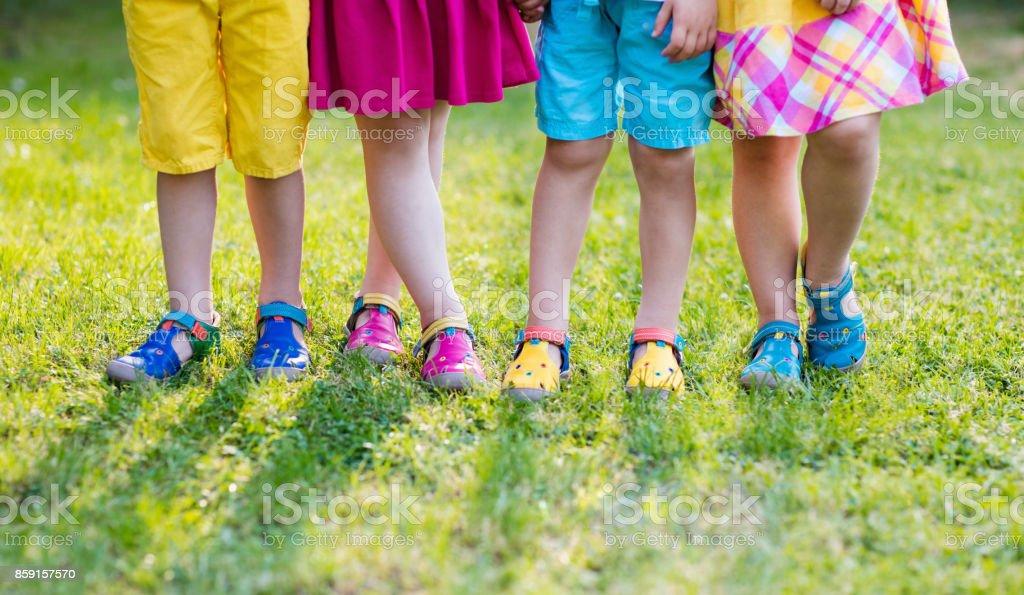Crianças com sapatos coloridos. Calçado de crianças - foto de acervo