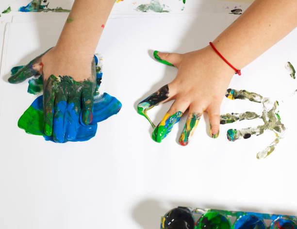 kinder mit schmutzigen händen - fingerfarben stock-fotos und bilder