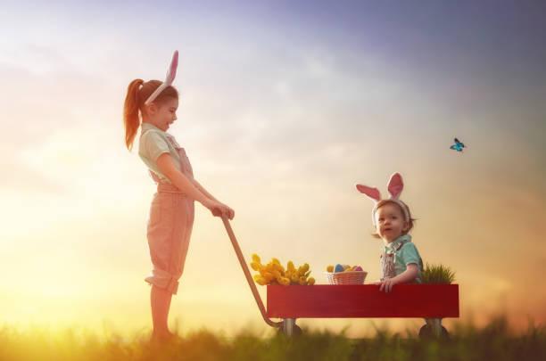 crianças com ovos de páscoa - familia pascoa - fotografias e filmes do acervo