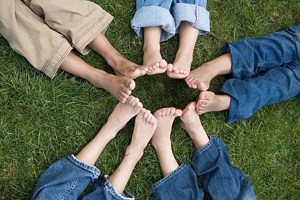 Kinder mit Füßen in einem Kreis – Foto