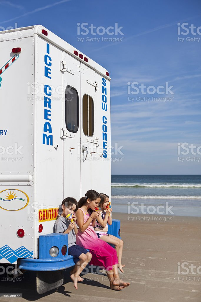 Kids with ice cream truck on beach foto stock royalty-free