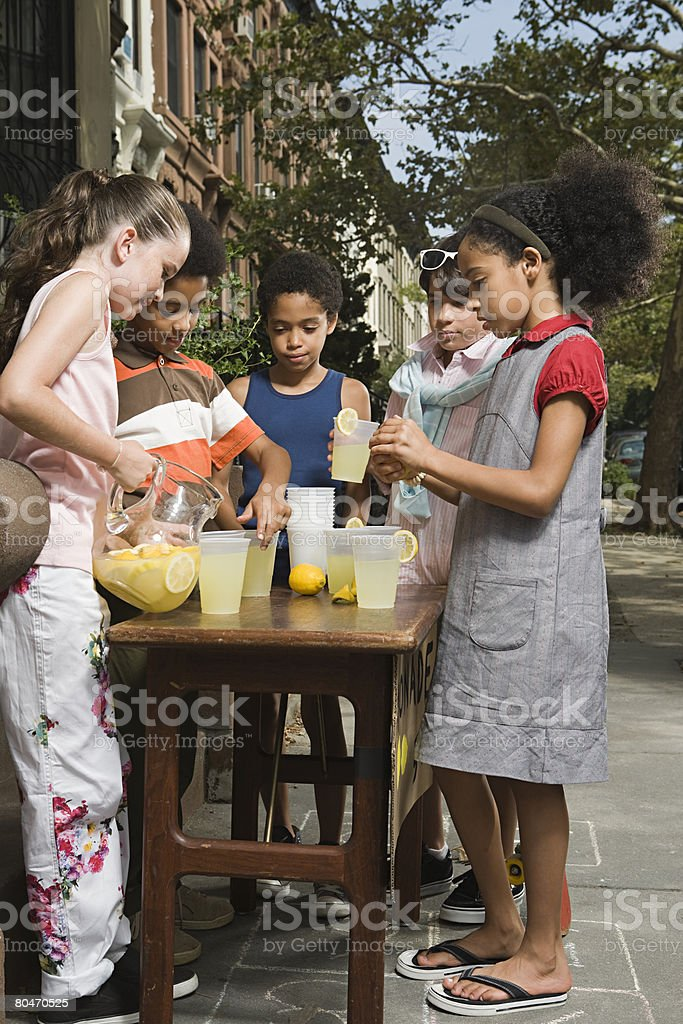 Kids with lemonade stall Lizenzfreies stock-foto