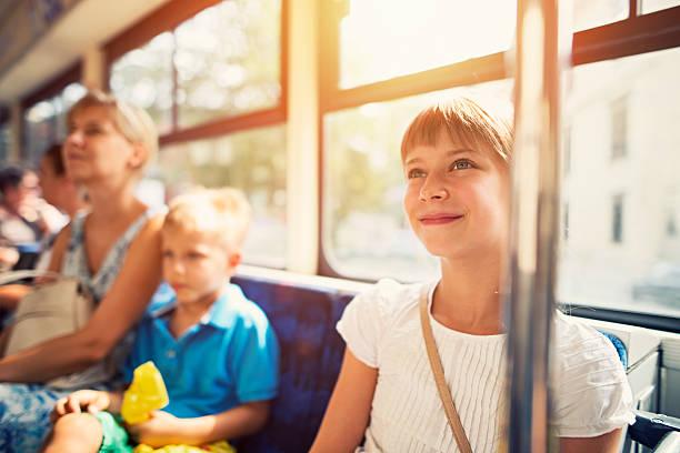 kinder mit mutter, die mit öffentlichen verkehrsmitteln bus - bahn bus stock-fotos und bilder