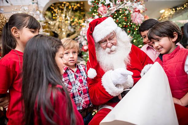 kinder mit santa - nikolaus geschichte stock-fotos und bilder