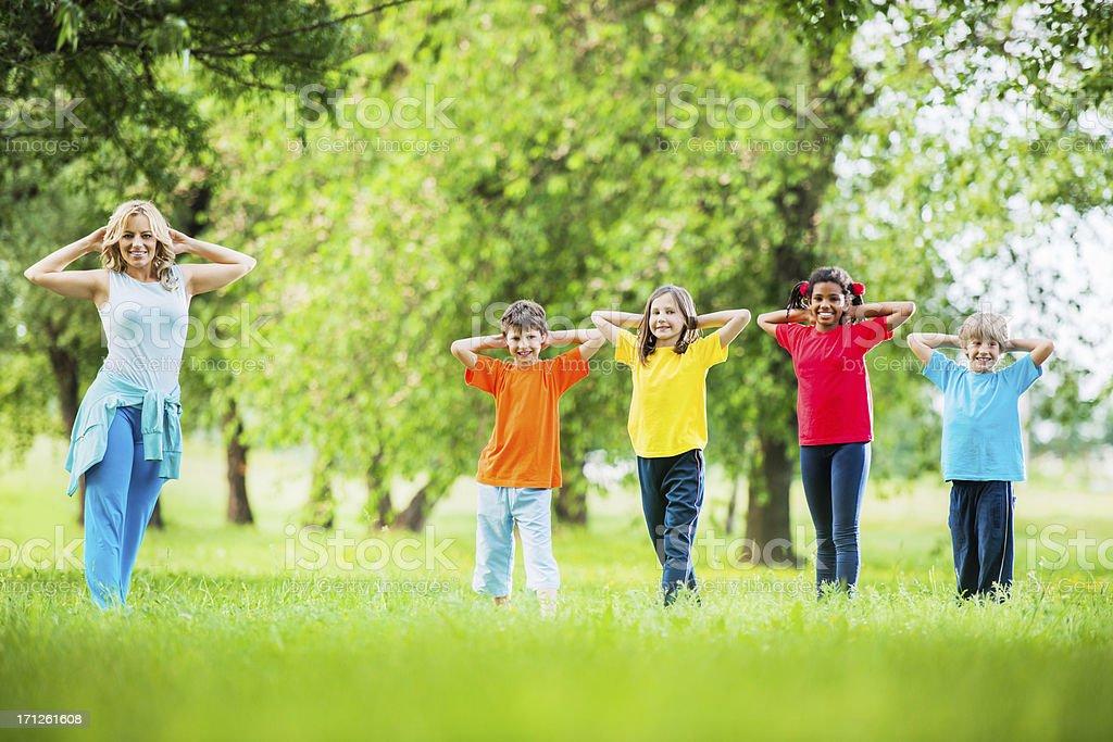 Los ni os con sus pe maestro hacer ejercicios al aire - Actividades para ninos al aire libre ...