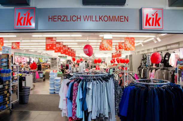 kik ist ein deutscher textil-discounter. - kik textilien stock-fotos und bilder
