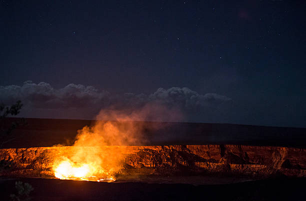 kilauea jezioro lawy wybuch pod rozgwieżdżonym niebem - wulkan czynny zdjęcia i obrazy z banku zdjęć