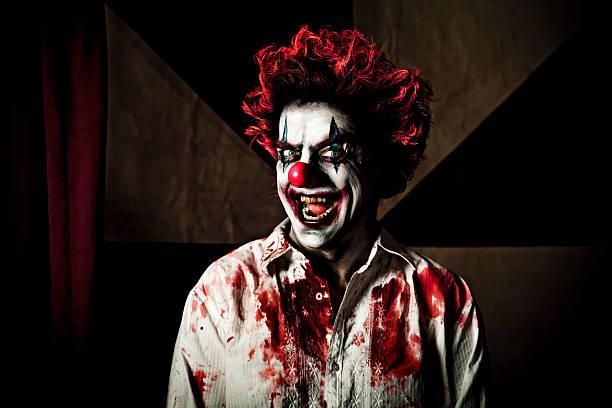killer clown mit bösen lächeln - horror zirkus stock-fotos und bilder