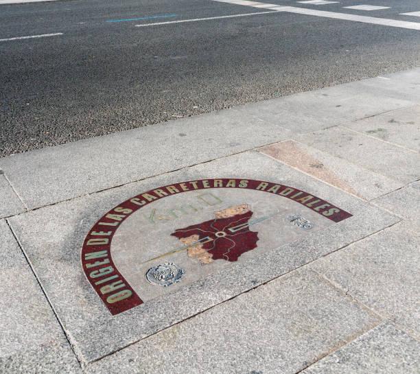 kilometre zero sign in puerta del sol square, madrid - cartello stradale italia km foto e immagini stock