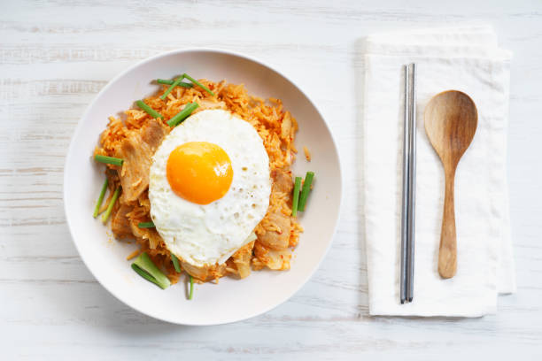 kimchee gebratener reis - hausgemachter gebratener reis stock-fotos und bilder