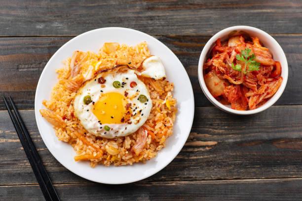 kimchi gebratener reis mit spiegelei auf top, koreanische lebensmittel - hausgemachter gebratener reis stock-fotos und bilder