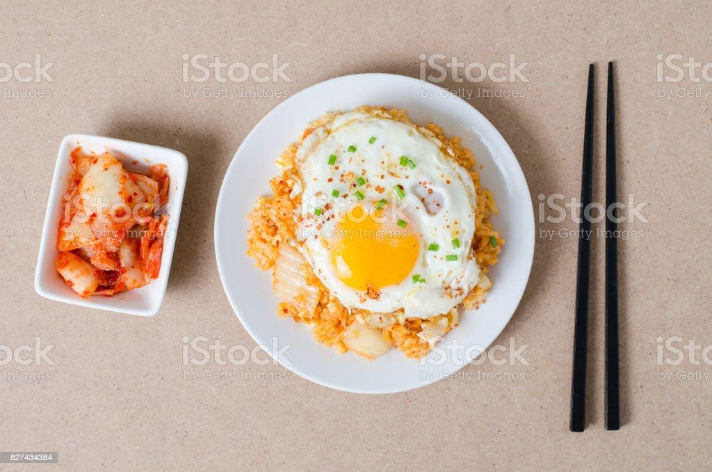 Kimchi gebratener Reis mit Spiegelei obenauf – Foto
