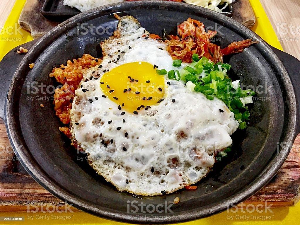 kimchi arroz frito com ovo frito foto royalty-free