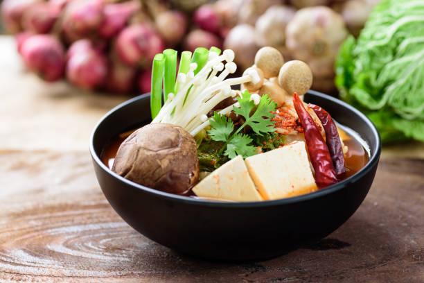 Kimchi-Suppe mit Pilz und Gemüse – Foto