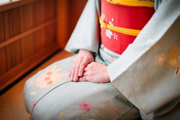 kimono und japanische frauen in kyoto - kimono stock-fotos und bilder