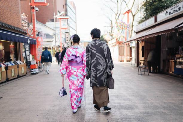 Kimono Paar zu Fuß auf der Straße – Foto
