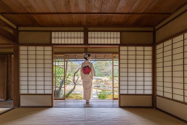 kimono-frau in einer traditionellen japanischen stil haus - kimono stock-fotos und bilder