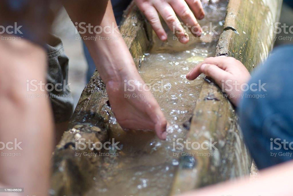 Kinder bauen Staudamm stock photo