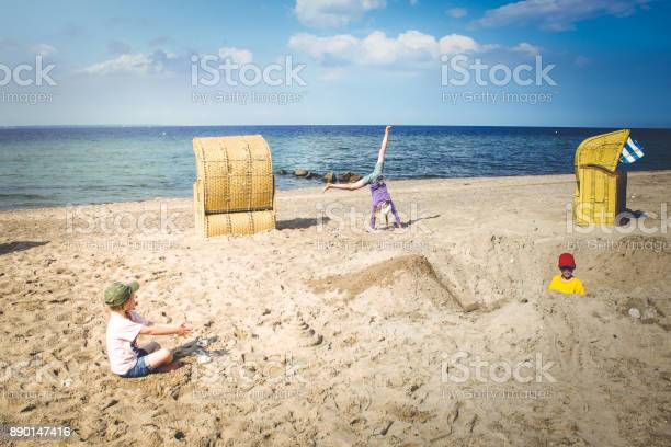 Kinder spielen am sand strand in deutschland retrostil picture id890147416?b=1&k=6&m=890147416&s=612x612&h=2kzpcg8xuertkka sde2qgtdjdo27rays6xnskgnrcs=