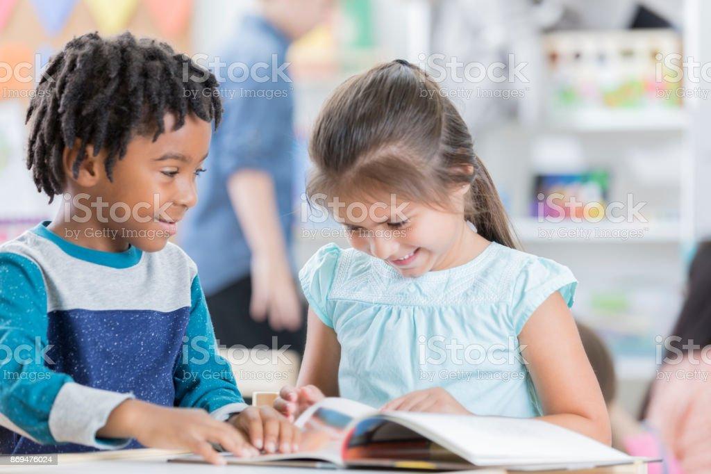 17634fe771374d Kindergarten Alter Junge Und Ein Mädchen Lesen Zusammen In Der ...