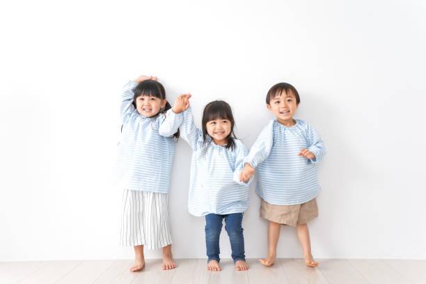 enfant de maternelle jeu - enfance photos et images de collection