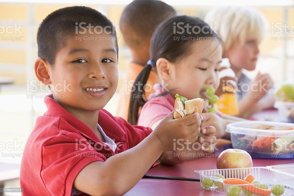 Pranzo Per Bambini 7 Anni : Bambini asilo mangiare pranzo foto di stock istock