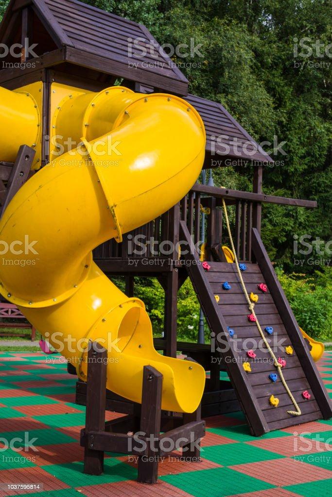 Deslice El Jardín De Infantes Juegos Para Niños En El Parque Tobogán ...