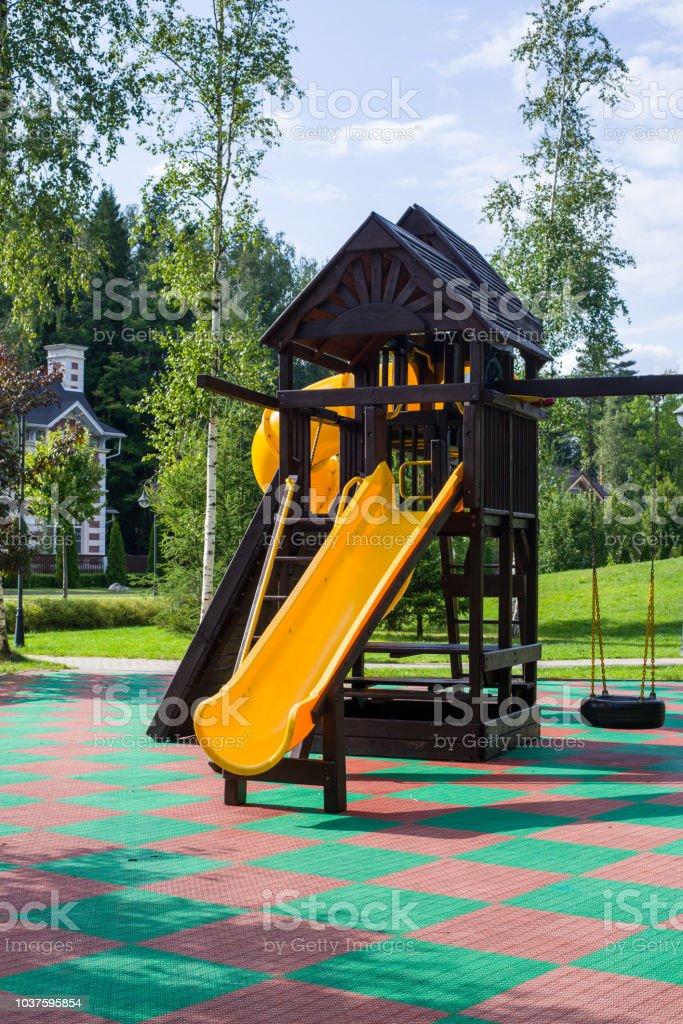 Deslice El Jardín De Infantes Juegos Para Niños En El Parque ...