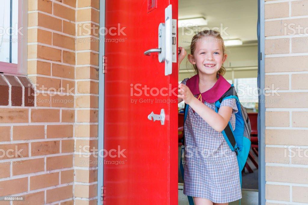 Jardín de infantes escuela primaria chica estudiante llegar a la clase - foto de stock