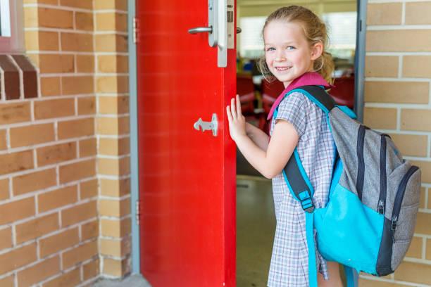 jardín de infantes escuela primaria chica estudiante llegar a la clase - regreso a clases fotografías e imágenes de stock