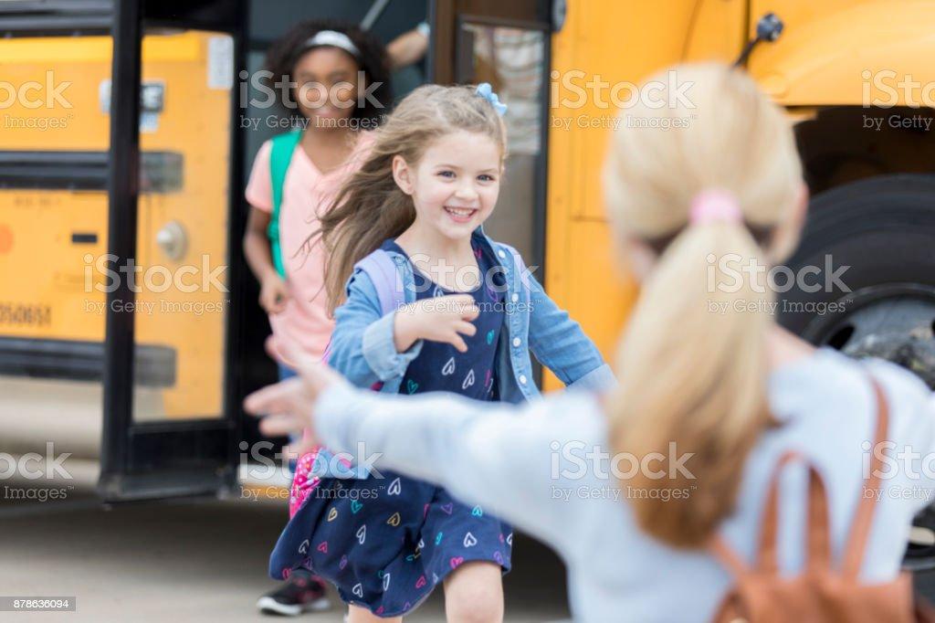 Alumna de Kinder corre a su mamá después de la escuela - foto de stock