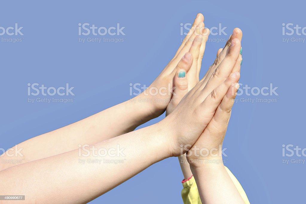 Kinderhände stützen sich gegenseitig ab stock photo
