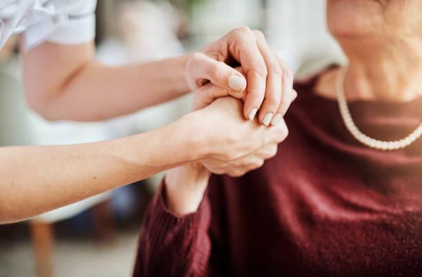 vriendelijkheid kan iemands leven veranderen - ouderenzorg stockfoto's en -beelden