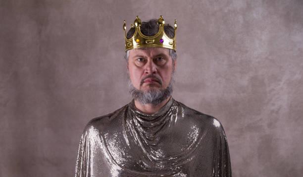 könig, ein mann mit einer krone - prinzenkrone stock-fotos und bilder