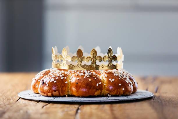 galette des rois ou le roi pain, appelé en allemand dreikönigskuchen, cuits en suisse le 6 janvier. petites miniatures en plastique du roi est caché à l'intérieur du pain. la personne qui estime qu'il est, est appelé le roi de la journée. - galette des rois photos et images de collection
