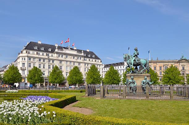 king christian v-statue in kongens nytorv - hotels in kopenhagen stock-fotos und bilder