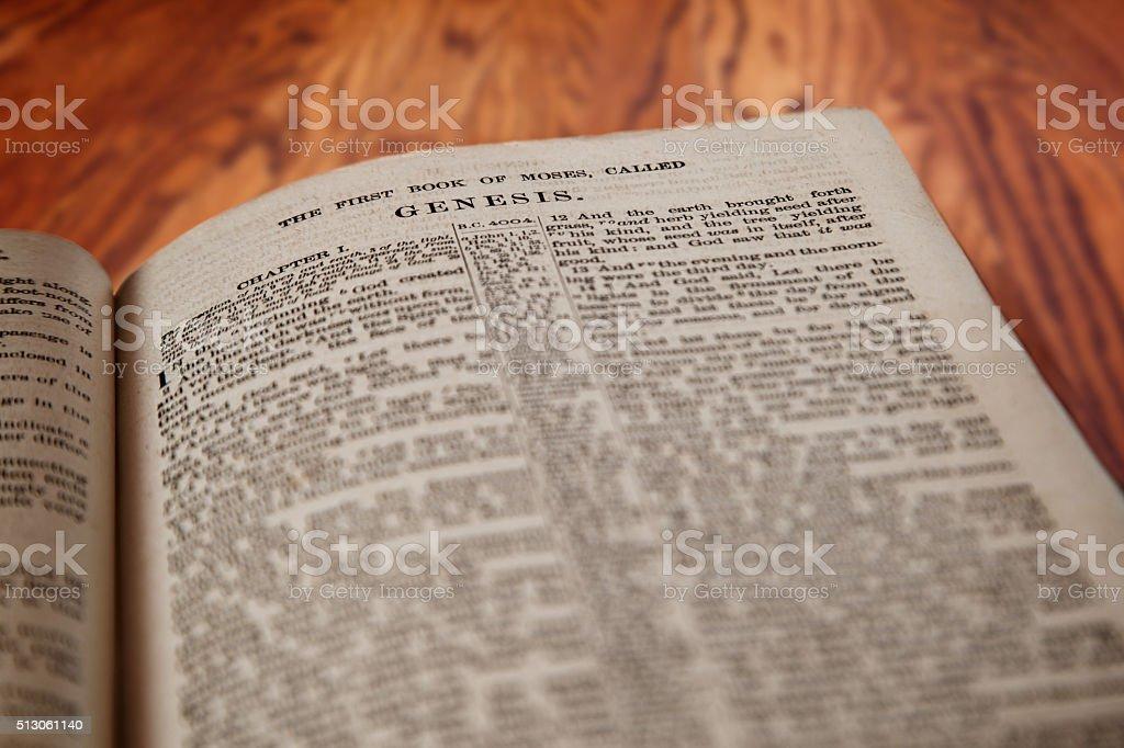 El Rey James Biblia libro de Génesis sobre fondo de madera rústica - foto de stock